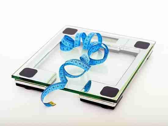 Диетологи выяснили, от жиров или углеводов важнее отказаться для похудения