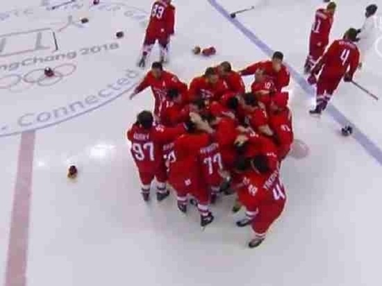 Калужане поздравляют друг друга прямо на улицах с победой хоккеистов на Олимпиаде