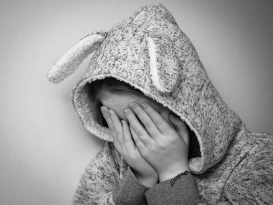 В Петербурге педофил поочередно напал на двух школьниц в подъезде