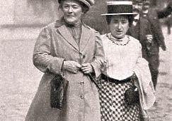 Клара Цеткин и Роза Люксембург - уже больше столетия эти имена связаны с Международным женским днём 8 марта. Личная жизнь революционерок была весьма интересной: Цеткин ратовала за свободную любовь и в 40 лет вышла замуж за студента, который был младше ее на 18 лет. Любовником же Розы Люксембург был сын Клары Цеткин - он был моложе избранницы почти на 15 лет. Внешность Клары и Розы, между тем, нельзя было назвать выдающейся - их портреты мы собрали в нашей фотогалерее.