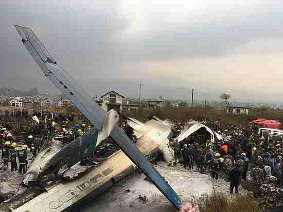 Самолет с 80 пассажирами разбился при посадке в Катманду
