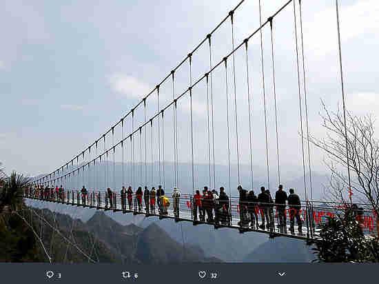 Китайцы открыли стеклянный мост высотой 2 км над уровнем моря