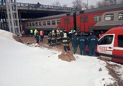 Электричка «Монино-Москва» столкнулась с трактором в районе Ростокинского путепровода в среду. Водитель спецтехники не успел отъехать с путей, и поезд задел ковш трактора, отбросив его на опору моста. Мужчина пострадал — он был госпитализирован. Никто из пассажиров травмирован не был, однако движение в итоге остановили.