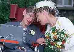 14 марта 2018 года скончался всемирно известный британский физик-теоретик Стивен Хокинг. Он стал одним из основоположников квантовой космологии, наиболее известны его работы по черным дырам и теории Большого взрыва.  Всю жизнь ученый боролся с боковым амиотрофическим склерозом, который привел его в конце 60-х сначала в инвалидную коляску, а затем сделал полным паралитиком. В 1985 году в результате воспаления лёгких и сложной операции он утратил способность говорить и вынужден был общаться через синтезатор речи. К концу жизни подвижность сохранилась лишь в одной щеке, мышцами которой он управлял компьютером. Несмотря на инвалидность, Хокинг был дважды женат: сначала на Джейн Уайлд, с которой у них родились двое сыновей Роберт и Тимоти и дочь Люси, а после развода Хокинг женился второй раз на своей сиделке, Элайн Мэйсон, с которой прожил 11 лет. Он вел активную жизнь — много путешествовал с лекциями, встречался с известными людьми, а в 2007 году даже совершил полет на самолете в условиях нулевой гравитации.  Хокинг умер в возрасте 76 лет в своем доме в Кембридже.