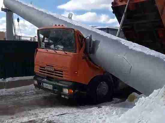 Водителя КамАза раздавило 10-тонной трубой в Москве