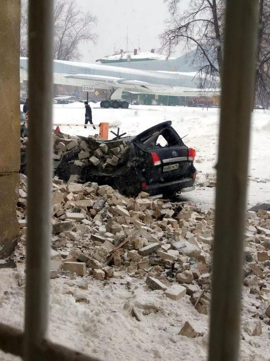 В Казани «Тойоту» сплющила груда отвалившегося кирпича