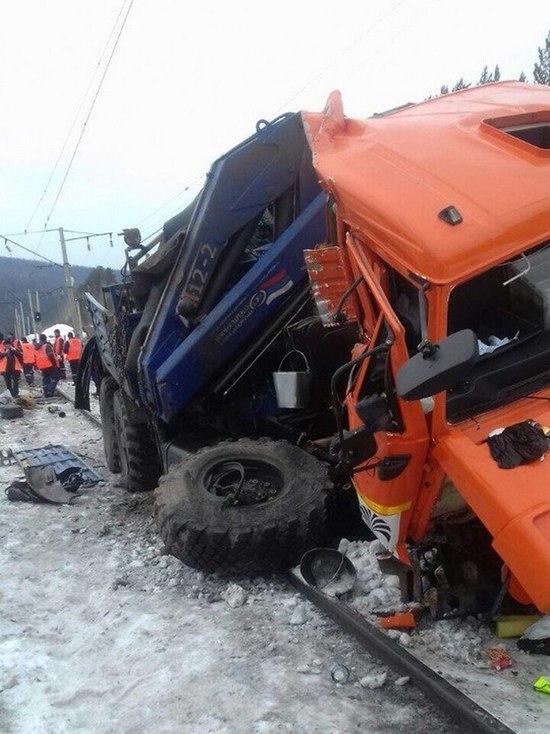 В Усть-Кутском районе КАМАЗ попал под поезд