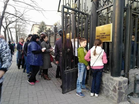 Выборы президента России: в Кыргызстане очереди на участках и высокая активность избирателей