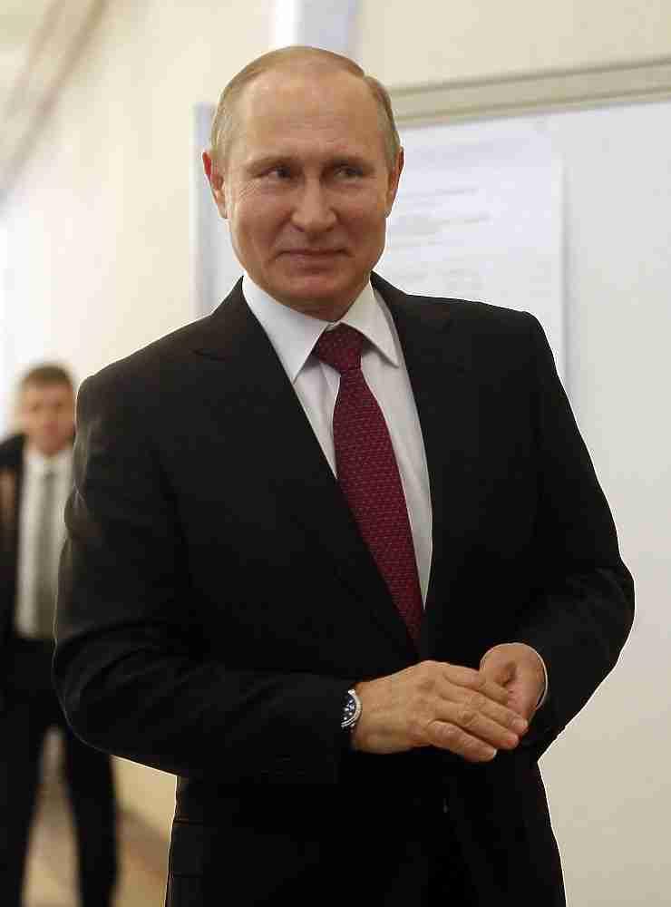 Действующий президент России Владимир Путин проголосовал на выборах-2018 в Москве на избирательном участке, который глава государства посещает уже не первый раз. Участок №2151 расположен в здании Российской академии наук на Ленинском проспекте.