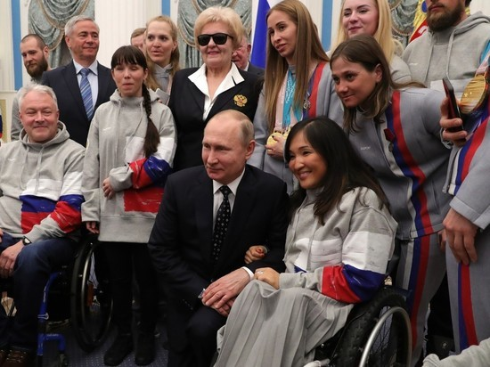Путин встал на колени перед паралимпийцами