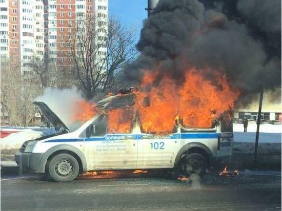 В Москве полицейская машина сгорела как в крутом кино