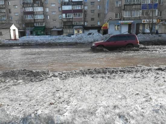 В Усть-Куте автомобили передвигаются по улице, рассекая водную гладь