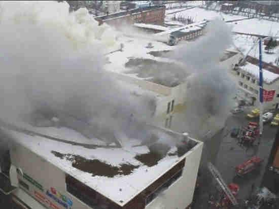 МЧС: крышаТЦ «Зимняя вишня» рухнула практически навсей площади пожара
