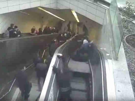 """Камера зафиксировала, как эскалатор """"зажевал"""" пассажира в стамбульском метро"""