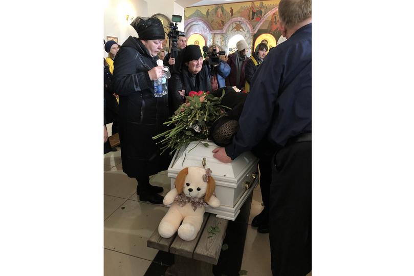 """""""По ботиночкам я их опознал"""": в Кемерово похоронили погибших детей"""