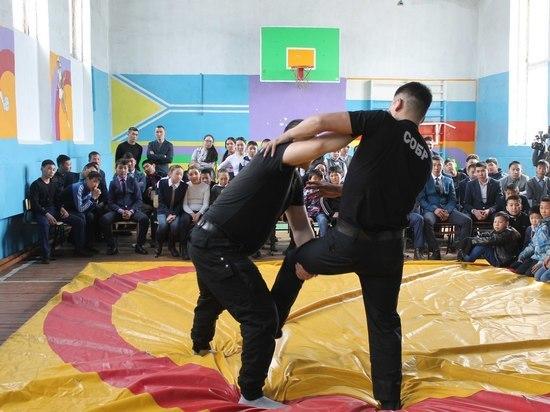 Бойцы Росгвардии Тувы провели мастер-классы для учащихся  школ города Чадана