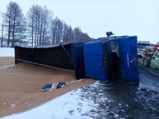 В Тамбовской области в кювет перевернулся грузовик: водитель в больнице