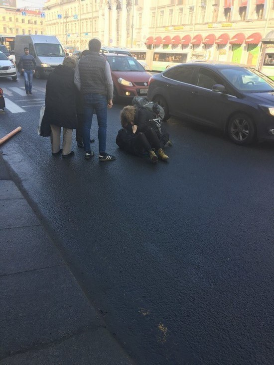 Иномарка сбила девочку-подростка на Невском проспекте