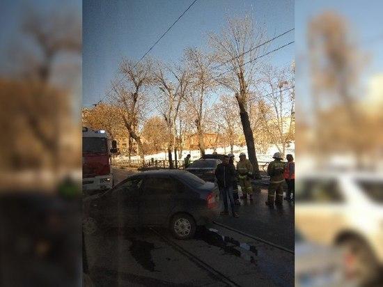 В Самаре на трамвайных путях столкнулись авто, одна машина загорелась