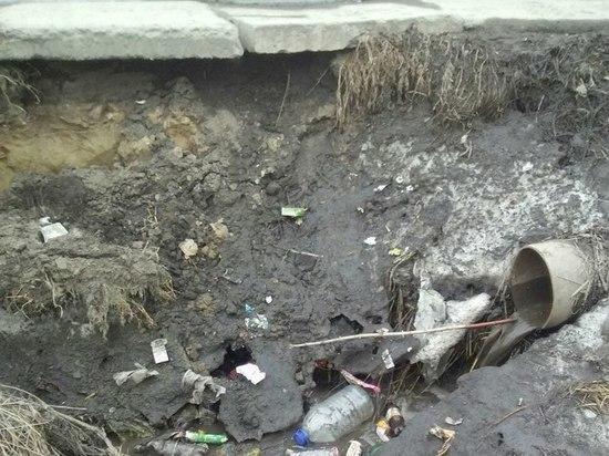 «Плиты вот-вот упадут»: в Новоалтайске опасаются разрушения моста
