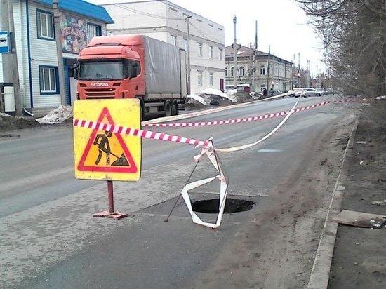 В Сызрани на дороге образовалась полутораметровая дыра