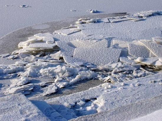 В Самаре на Волге работает ледокол
