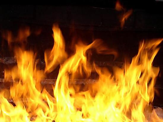 При пожаре жилого дома в Реже спасли десять человек