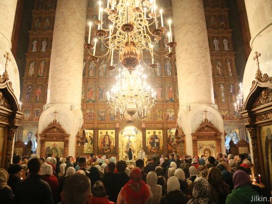 Более 100 храмов Астраханской области открыли свои двери для ночного богослужения