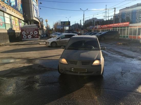 В Самаре водитель иномарки сбил женщину возле ТЦ, сдавая задним ходом