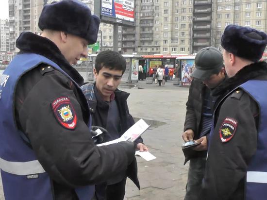 Полиция провела миграционный рейд у станции «Проспект Большевиков»