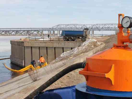 Очистить Волгу от нефтяных пятен пытаются в Нижнем Новгороде