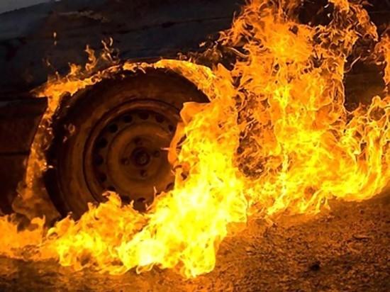 Сразу пять автомобилей сгорели в одном дворе в Твери