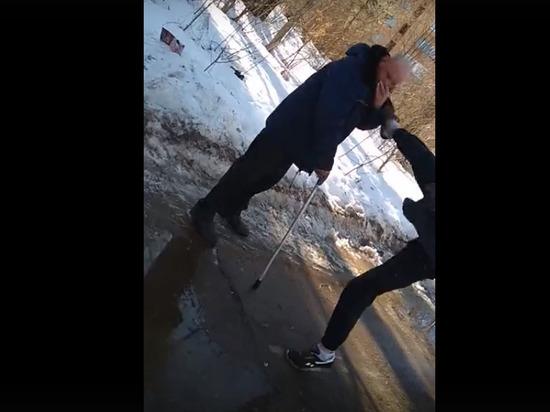 Снимала девочка: кировские подростки на видео избили старика с клюкой