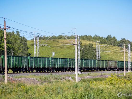 ВКузбассе женщина угодила под поезда иосталась жива