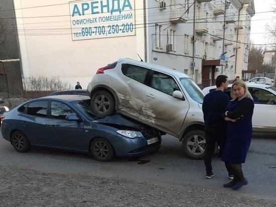 В Астрахани водитель автомобиля припарковался на другое авто