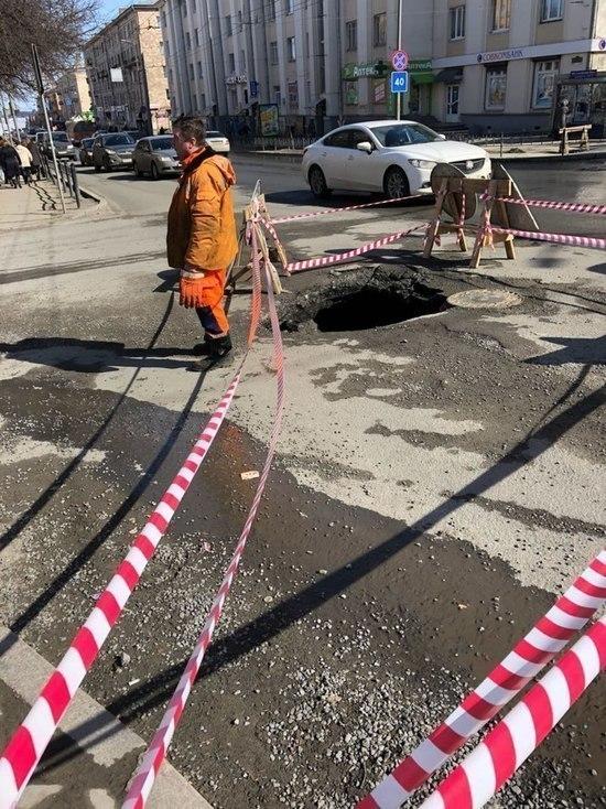 Большой провал в асфальте в центре Петрозаводска засыпали щебенкой