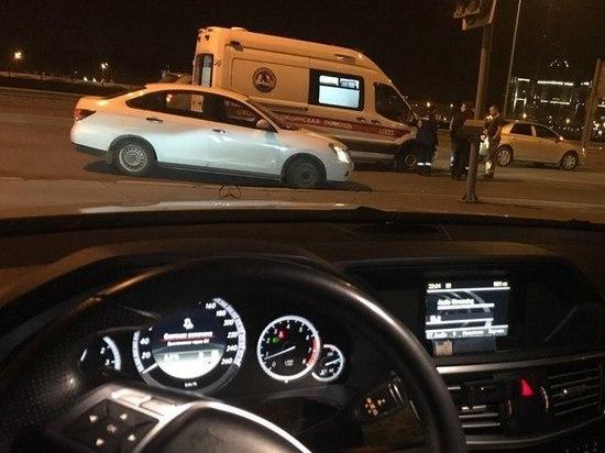 Легковушка «оторвала» бампер скорой на Арсенальной набережной