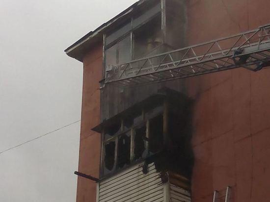 Восемь человек тушили балкон в Кувандыке