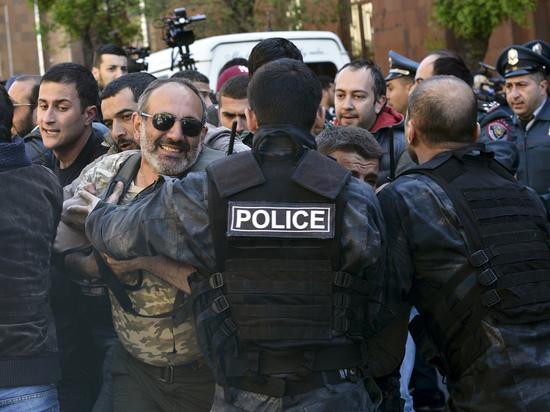 Милиция  применила слезоточивый газ против протестующих вцентре Еревана