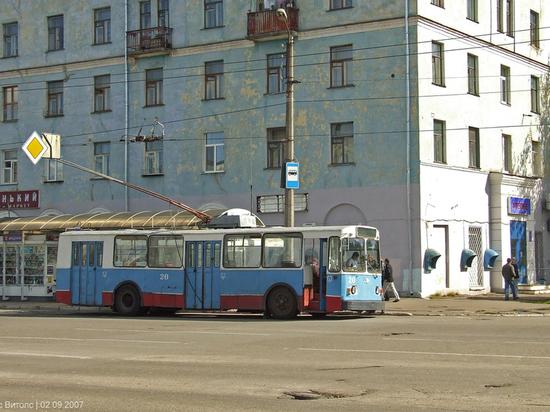 В Твери пожилой мужчина сломал ногу в троллейбусе