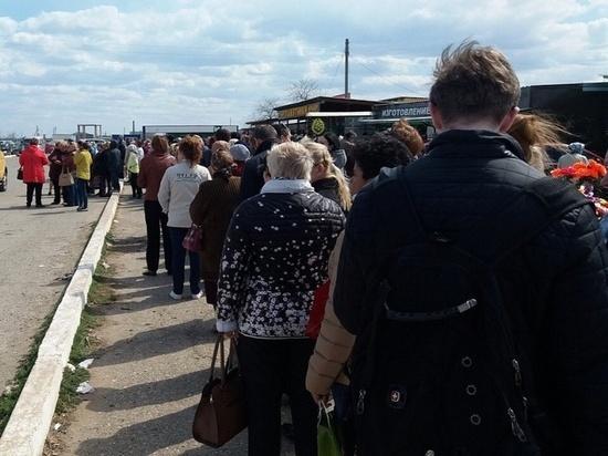 В Астрахани у кладбища выстроилась огромная очередь