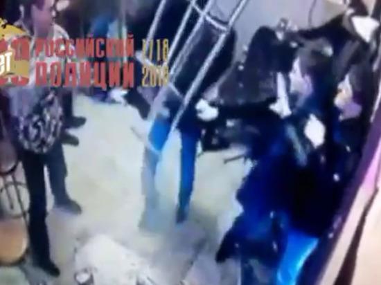 В духе 90-х: в  Оренбурге одного человека избила компания парней в закусочной