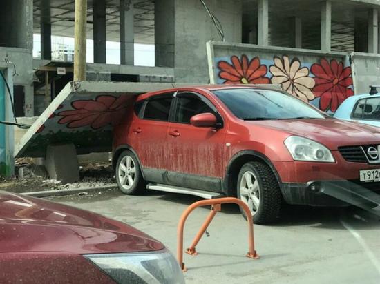 Ветер повалил бетонный забор на машину в Екатеринбурге