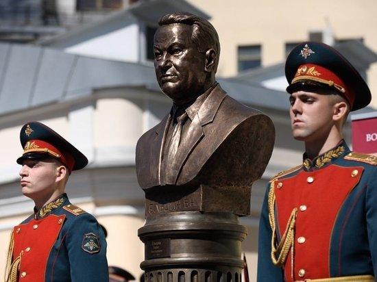 Борису Ельцину установили памятник в Москве