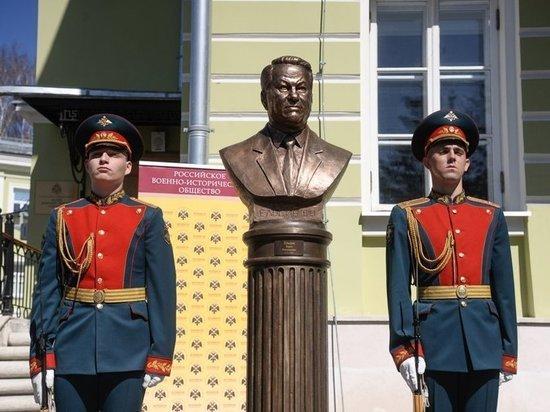 Бюст Ельцину: как космонавт, но не очень похож