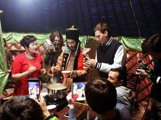 """В рамках тура """"Встречайтесь в Калмыкии"""" блогеры научились варить джомбу"""