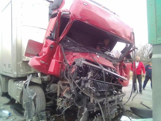 В Сызранском районе столкнулись 4 грузовика, один водитель пострадал