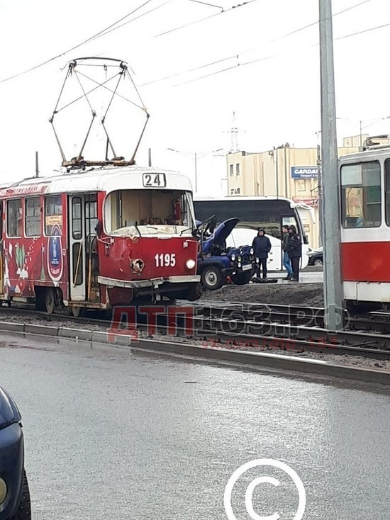 """В Самаре """"УАЗ"""" врезался в трамвай: есть погибший"""