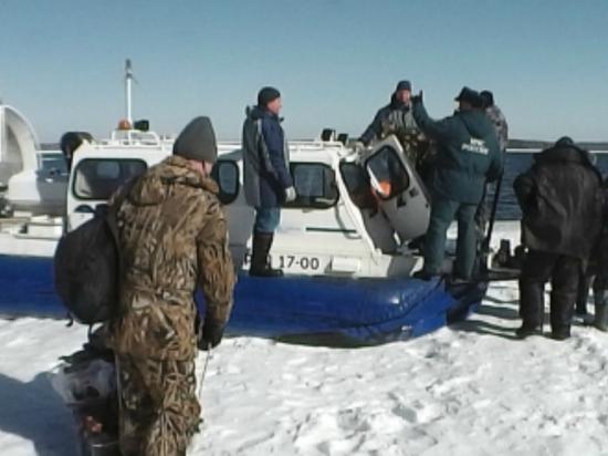 С Белоярского водохранилища сняли 60 рыбаков
