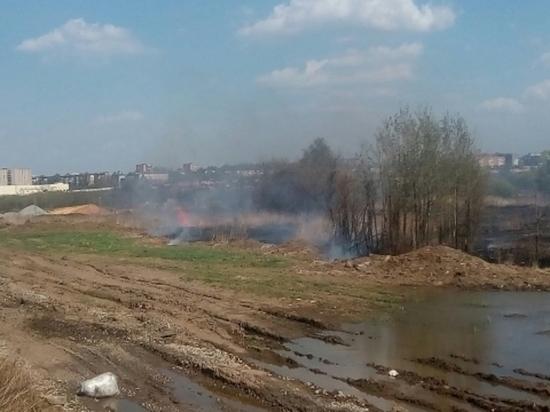 Напротив Суворовского училища горит сухая трава